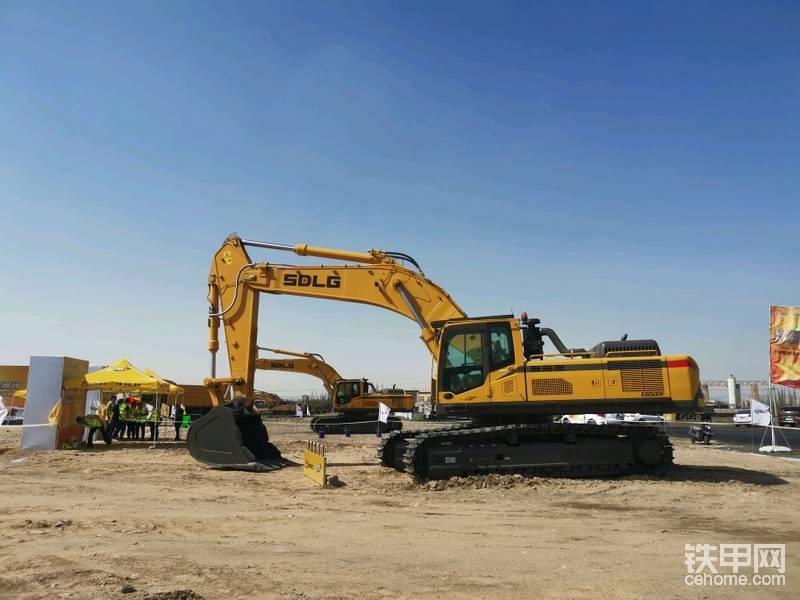 比赛用车全是50吨级大挖机