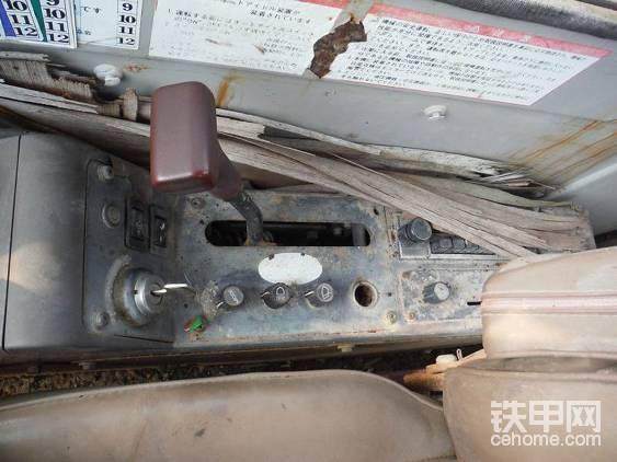 操作原始,不过在当时,这种电钮和收音机空调即便搬下挖掘机,同样凤毛麟角。