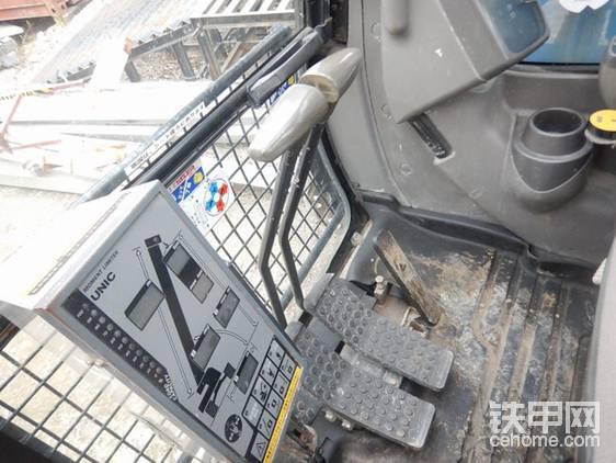 驾驶室前部,贴心的日本人还准备了操作指南。看看这踏板,是不是想起了锤子?