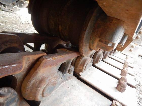 橡胶板以螺栓固定。