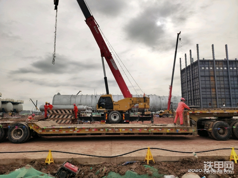 当然大吨位吊车也是必不可少的。
