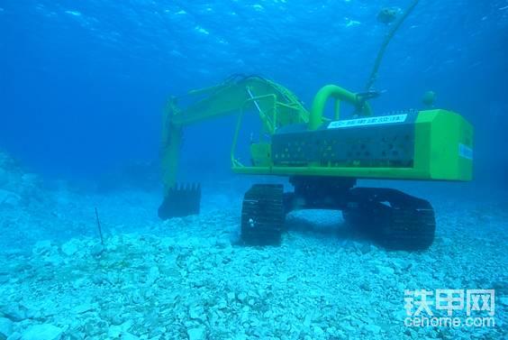 潜水员登上支援船更换氧气瓶,挖掘机则留在水里。