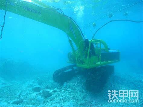 该车通过一根缆绳与支援船相连,并用浮漂撑起,以防缆绳缠绕挖掘机,酿成大祸。