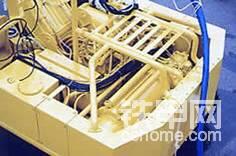 其基本结构与普通挖掘机类似。主要有两大不同:1.防水。2.使用电动机驱动。3.需要专用支援设备。(此图为旧型产品)