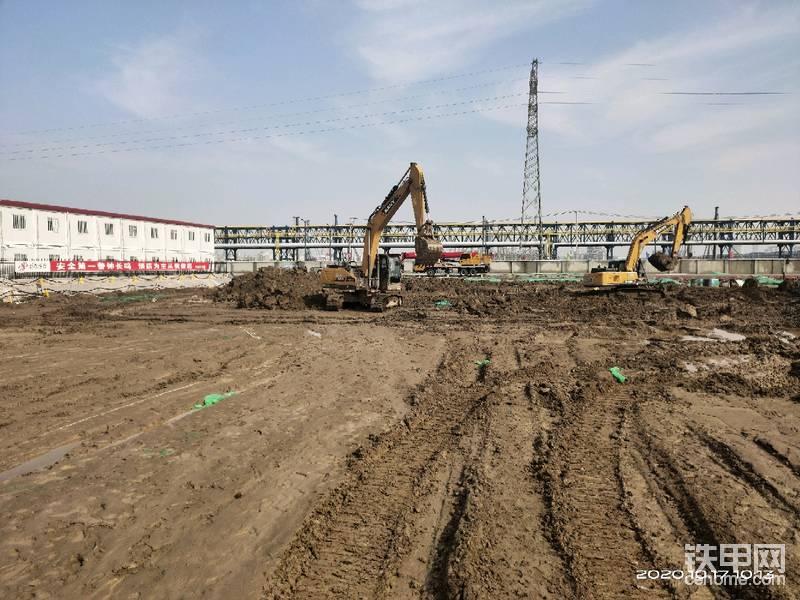 上几副图片的场地没有学手机会,检测和开挖这里就有了,挖机场地大,挖土上手快,25吨吊车也是配合检测,只是试块的简单挪移。