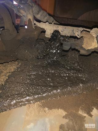 三一小挖机杠八65挖机发动机漏机油