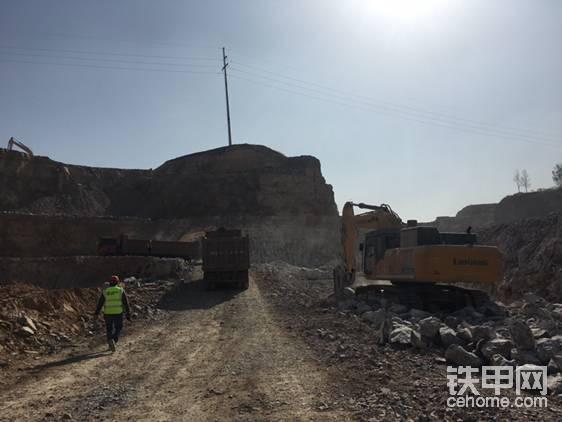 挖机操作重量52.5吨,标配200破碎锤,299kW。关于这台挖机的性能,柳工济南代理商任经理做了全方位的介绍(稍后会有完整视频)。
