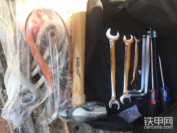 工具袋里面的随车物品黄油枪在卡座上
