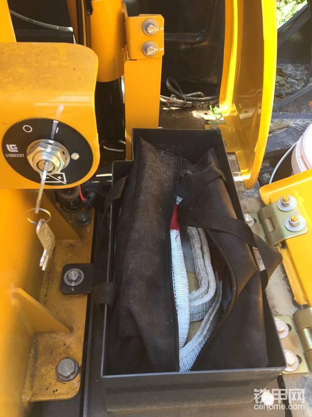 工具箱,电源总开关,黄油枪卡座。上班开电源打黄油绕机检查非常方便。