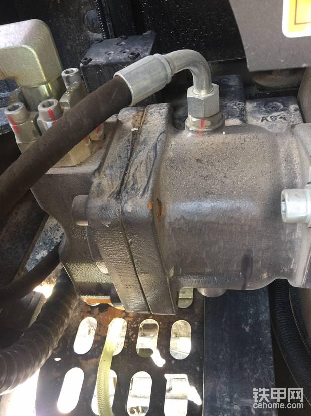 猪仔泵,分配阀没拍因为在驾驶室地下。INLINE泵结合INLINE分配阀加上柳工独家调试,德系性能表现出色。有种力压川崎系统的意思。单动作速度较快,复合动作柔顺协调,细微操作到位。
