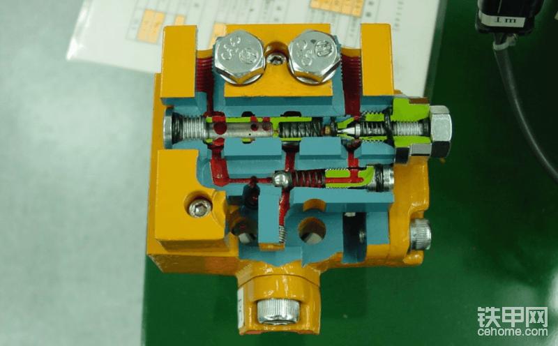 当挖掘机突然出现全车无力?动作慢的时候。我们首先要判断一下发动机是否带负荷。如果发动机感觉像空转没有出力的情况下。直接可以排除掉发动机方面的因素。这个时候首先第一步要确保挖掘机的先导一次压力是否在标准数值?如果先导压力不足,那手柄输出的压力不足以完全打开分配阀的阀芯。会导致动作慢,无力。(机子突然出现全车无力,动作慢,或者动都不会动要先检查先导哈)。如果先导测量也有一些讲究的呢。先导分一次,二次先导压力 。先导一次压力是指先导泵到手柄,脚踏阀,电磁阀的压力。先导二次压力是指这些部件输出的压力。具体检查步奏自行脑补哈。   (图片上面的是小松的自减压阀的解刨图,资源有限,大伙将就的看一下哈)