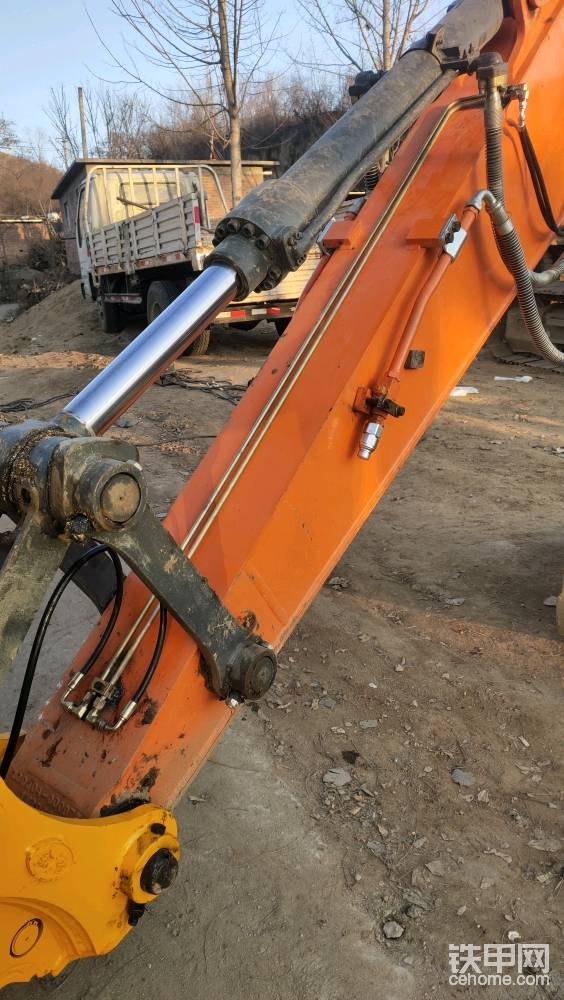 小臂铁管儿的焊接方式有很多种,可以全都在一侧接管,也可以像破碎锤的那个样子,一侧一根管儿