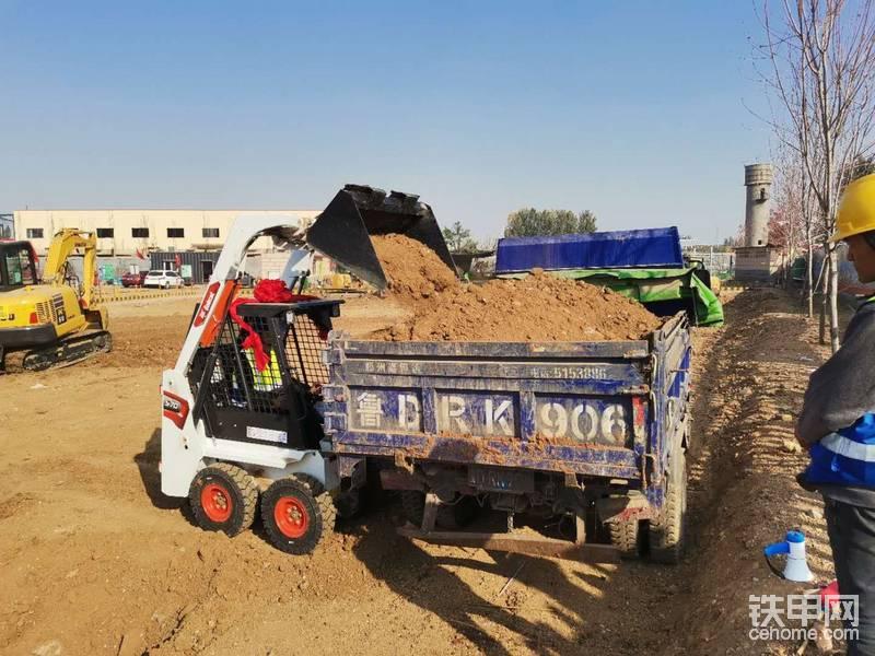 大臂举升高度也很高,能轻松的装上小型渣土车!