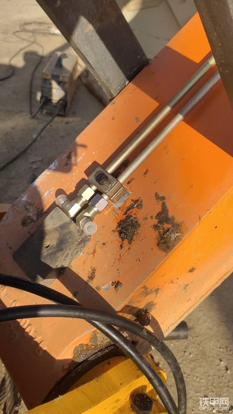 之前小胶管的位置已找好,所以说现在就要开始固定铁管的位置了,把管卡焊接在小臂上 ,焊接的位置也不要碍事,油缸正下方尽量避免 (有些车型油缸与小臂的间隙太小 )