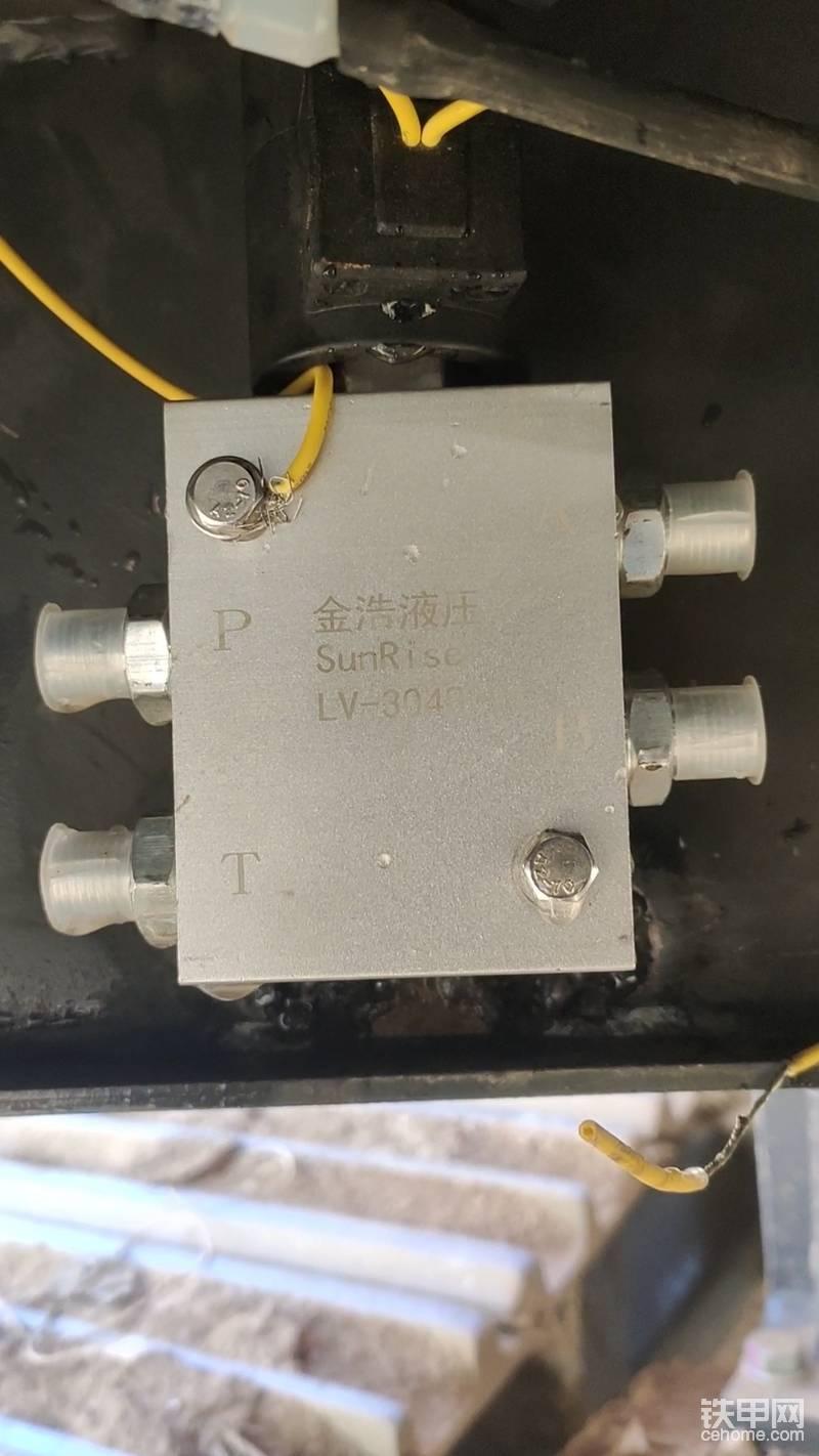 这是电磁换向阀的字母标注 ,AB为通向油缸 (通过管路连接 快速连接器的小油缸 )此时不分左右 。