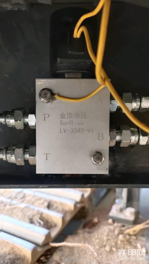 来来,再缕一缕 ,清晰一下脑路 , 字母AB通向连接器油缸,此时 不分左右。 字母P为先导供油管,字母T回油管。 电磁阀一根直接接打铁,另一根找一个方便的位置加取电 加开关。 (软广告植入 ,从2016年开始使用 金浩 快速连接器至今,产品稳定物美价廉 )
