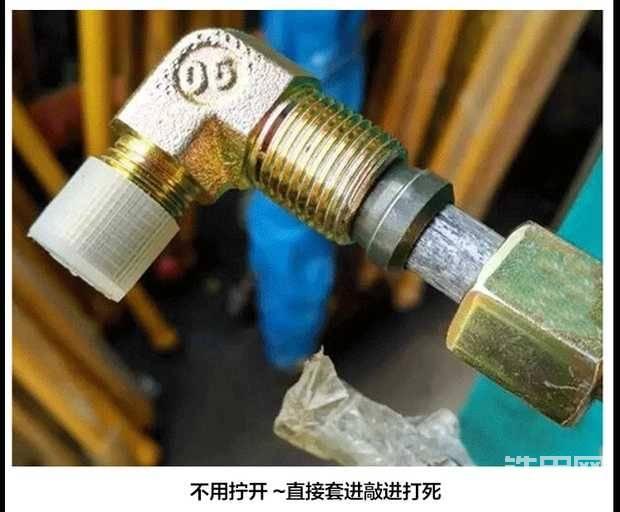 铁管的两头都需要用这种90度弯头自备紧密封的接头 ,按照图片中的这种样子索紧就可以。