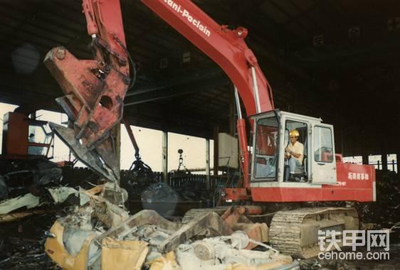 神钢-油谷重工于1979年生产的日本首台汽车解体机。神钢建机在解体用挖掘机这一工程机械领域技术力量雄厚,不仅制造了日本第一台汽车解体机,还于2007年以一台SK3500D型拆楼机刷新了解体高度记录,达到了前所未有的65米,捧回了吉尼斯世界纪录的大奖。目前,神钢仍是解体机械领域的杠把子,而它的汽车解体机产品也是在欧美日本认可度最高的同类产品。