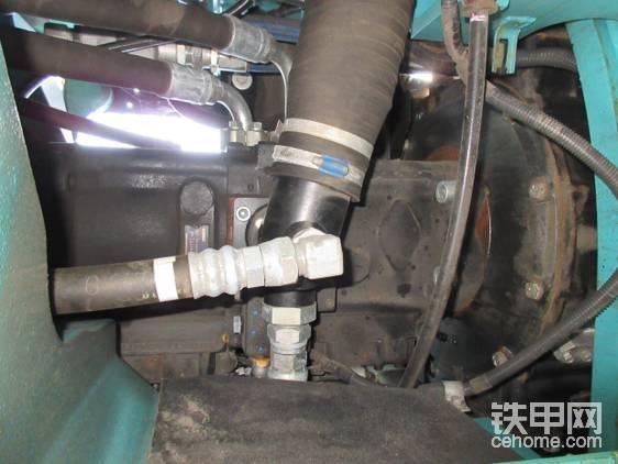 液压管较粗,但力量仍比小松228略逊一筹。