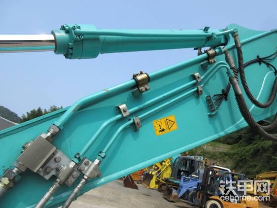 粗管控制液压剪开合,细管控制液压剪旋转。