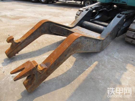 固定夹。由于液压剪力气巨大,为了使汽车始终在地面固定牢固,方便分解,在汽车解体机发明之初就有了这个。