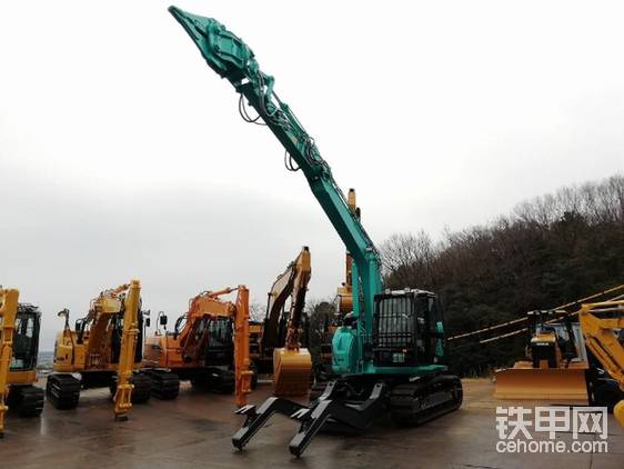 神钢最新的SK135SRD-5汽车解体机。