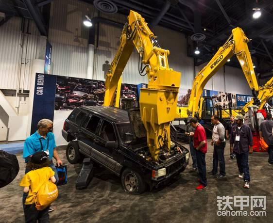 美国拉斯维加斯CONEXPO 2017里的神钢大黄蜂SK210D-10汽车解体机。