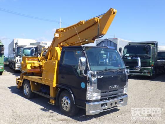所有的日本小型车载挖掘机几乎都使用五十铃作为底盘。挖掘机的臂可以平移滑动,类似于日本拐臂机。