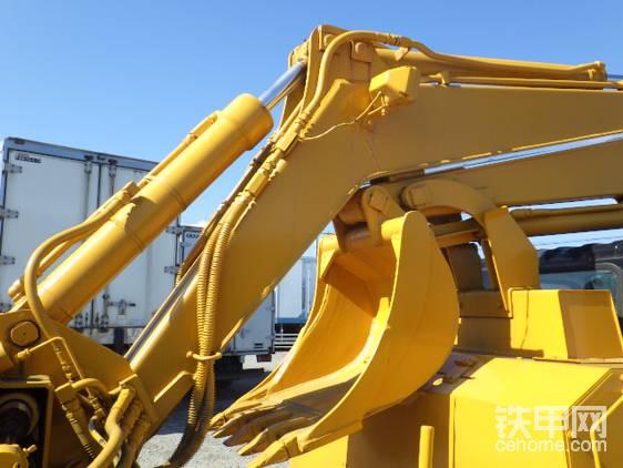 挖掘机的大小臂可以收纳并固定在支架上方便机动。大臂配有LED大灯。