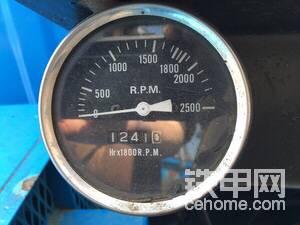 发动机转速表和工作小时表。
