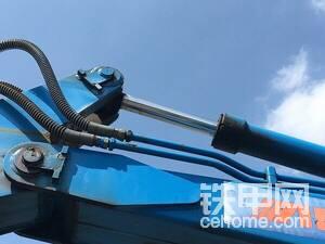 液压管路有专门的支架提供保护,大小臂连接处有较厚的补强。