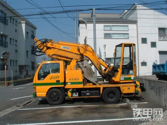 """这类车辆相比轮挖还有一些不可回避的劣势(日本人的角度):1.多功能性很差。它能做的轮挖都可以做,而且轮挖还可以整平、桩基础施工、夯实路面等等。甚至必要时还可以客串一下抓料机和木屋解体机(日本有不少木质民居)。在诸如ZX125W、SK125W这种高性能日本""""城市型轮挖""""的联合""""绞杀""""下,车载挖掘机最终淡出了工程机械大舞台,早早地就彻底停产了。(所以没有更先进舒适的机型)爱知最终偷鸡不成蚀把米。"""
