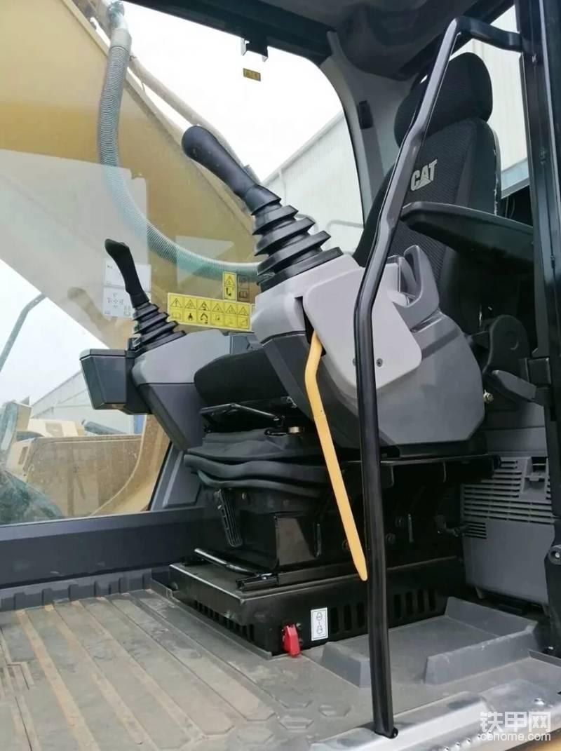 新的设计操作台,简单,简洁,驾驶室操作手柄,细长的手柄,便于抓握,有更的储物空间