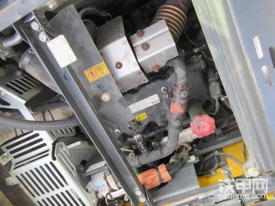 """""""先讲引擎!""""""""嗐,不就是康明斯吗?这有啥好说的呢?别整些虚头巴脑的!""""我的土表现得淋漓尽致。   大小姐不屑地白了我一眼,接着讲道:""""可别小瞧了我的动力心脏,SAA4D107E-3,最大功率90千瓦,水冷四缸涡轮增压、电控高压共轨。"""""""