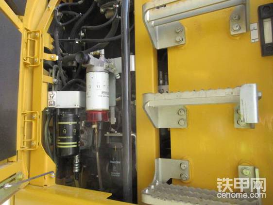 """""""本大小姐的液压系统不容小觑,带有电子闭路中心负载传感(E-CLSS,想必甲友有不少熟悉小松的负载传感的,即根据瞬时的工作负荷改变流量),有六种工作模式(大负荷、起重/精细操作、经济、带属具大负荷、带属具经济、破碎)液压油过滤也绝对省心。至于维修,自然不用扯蛋,打开舱盖就是维修梯(维修梯后面就是配有标尺的液压油箱和燃料箱)!正好和底盘上的梯子衔接,反而更方便。检修舱盖上有支架,方便维修。""""   """"原来如此!我就说以小松的尿性是不可能设计那么反人类的挖掘机。""""我若有所思地说。   """"喂喂喂!注意言辞密斯特票友,说谁反人类呢?"""""""