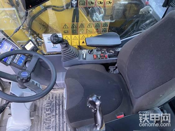 """""""方向盘可以伸缩,扶手可调,操纵杆也可以控制行驶方向、推土板和支腿。(图为标准操纵杆)操纵杆有两种可选的液压回路,使作业更加安全精细。至于按钮面板就基本上只是专司灯光控制。""""   """"都说八个动作,你这动作可就远远不只八个了!我们可吃不消啊!"""""""