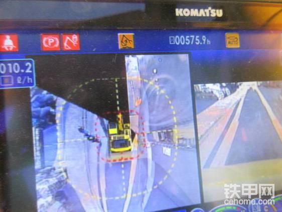 """""""显示屏还增设了KomVision周视系统,可以大大减小事故发生概率,提高驾驶舒适性。""""   """"我等中国平民百姓,消受不起啊!"""""""