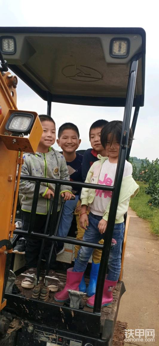 小孩子的童年有挖机,我们小时候哪有这么大牌!看他们笑得多灿烂