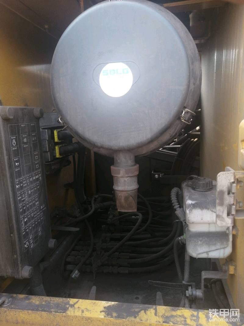 保险盒位于空滤箱内侧,便于更换和维护