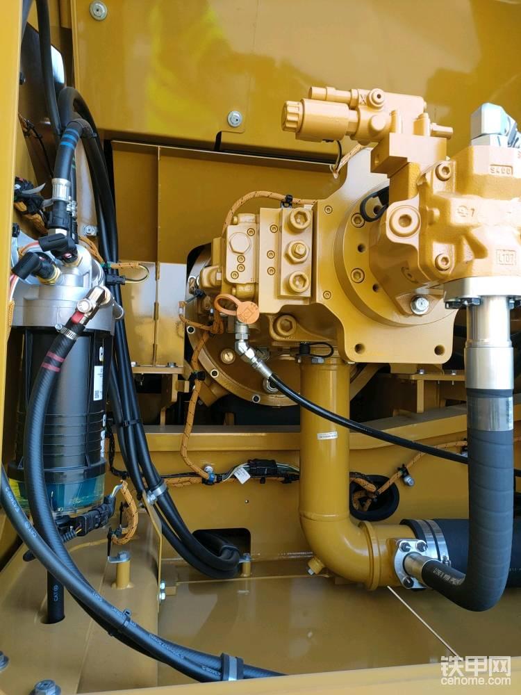 液压泵采用的是电控的串联泵,电控的结构更简单,液压泵下响应比液控更及时,这款液压泵最大排量达到779升每分钟,可以完美匹配195或200直径的液压锤。