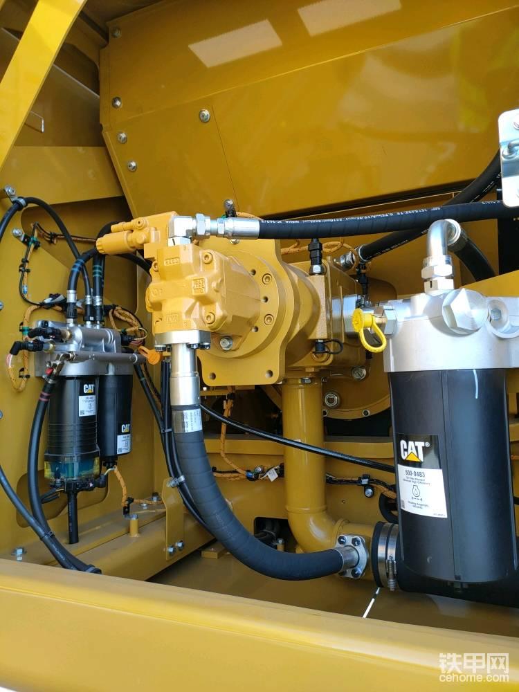 顶端是冷却风扇用的电控液压泵,它可以随着冷却液温度而调节液压泵的输出排量,从而调节冷却用的液压风扇的转速。
