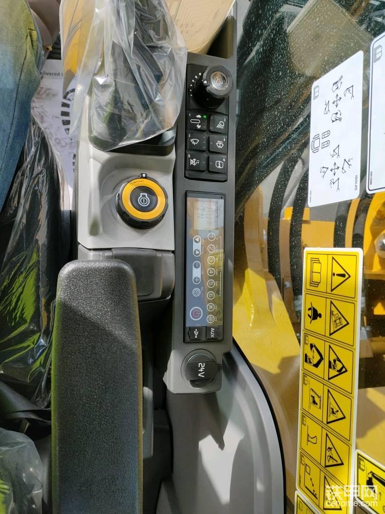 电控的先导手柄支持一键切换正反手功能,收音机,一键启动都是标准配置。