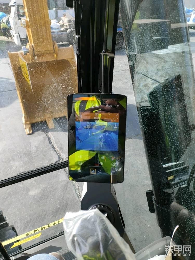 从安全方面说,这台车标配了广角的后视摄像头,工作时候对于周边感知能力更好了。 空调控制也在触屏的显示屏上操作。