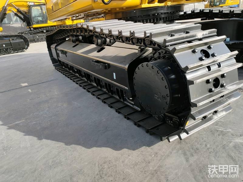 底盘的细节,全幅式的护链器,行走时候石块不会进入链轨,转向时候也能保证履带在导轨中行驶。