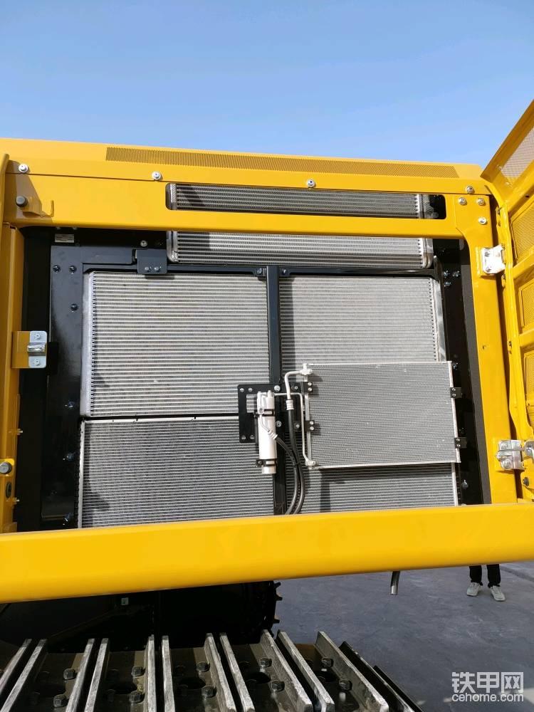 这是散热器布局,并列排列的散热器散热均匀,上面是中冷,中间是液压油,下面是冷却液的散热器。卡特350的散热器可以保证机器在52℃环境下正常工作。