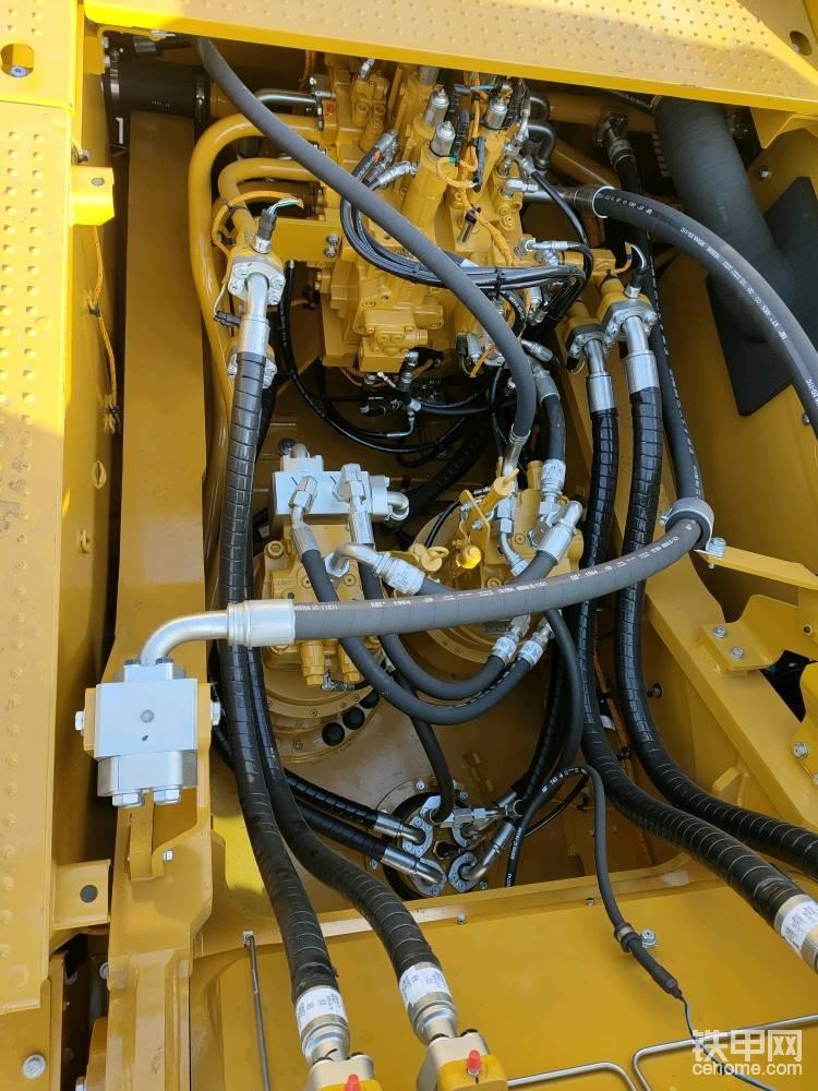 电控的分配阀,挖机动作控制的精准度更好了。两个回转马达驱动回转,回转扭矩更大了,而且回转支撑的齿圈是两个受力点在受力。