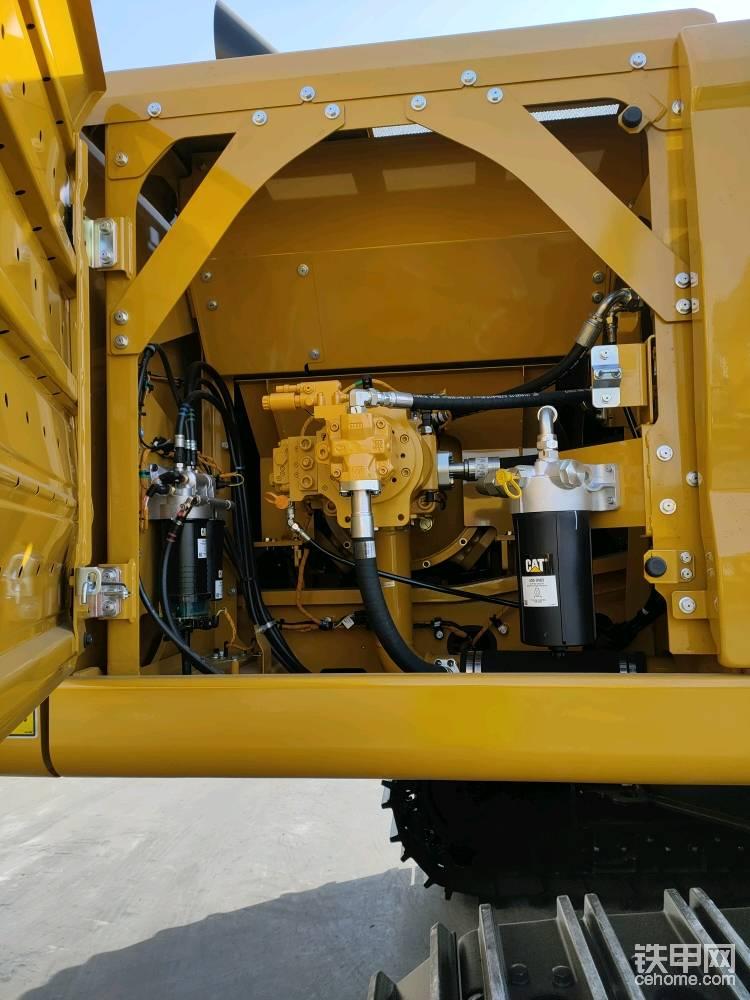 这是车身右边的液压泵仓室,机油滤清器和燃油滤清器都在这边。卡特新一代机型配备的滤芯只需要更换内滤,节省了保养费用。