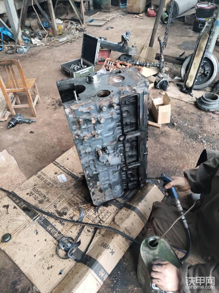 这是在吹里面的杂物,一定要检查清楚,这个很重要,如果没有清理干净,特别是机油油道,后果大家都明白的!修理工比较仔细,检查又检查!
