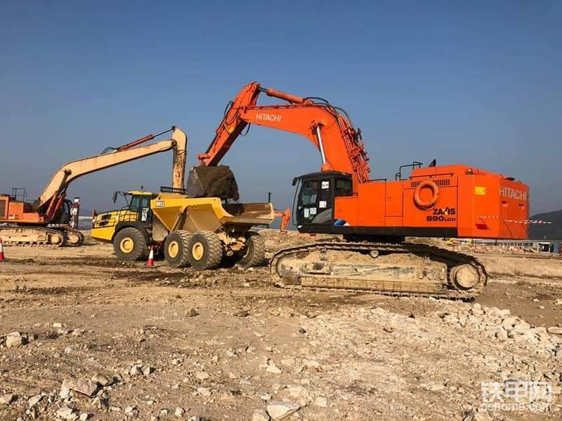 日立挖掘機和貝爾絞接式自卸車-帖子圖片