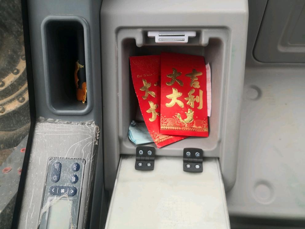 老板发给挖机的新年红包,开机师傅领行不行?